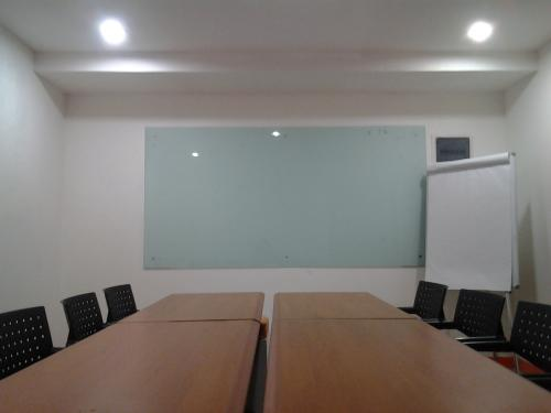 Meeting training room for rent at thamrin rp 495 ribu for Small meeting room jakarta selatan