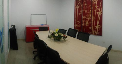 Sewa virtual office serviced office meeting rooms di for Small meeting room jakarta selatan