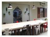 Regular meja + kursi kerja indoor yang luas dan mendukung Anda untuk bekerja dengan baik.